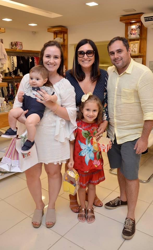 Cacau Dias ladeada por Vicente, Caroline, Marcelo e Isadora Ferreira